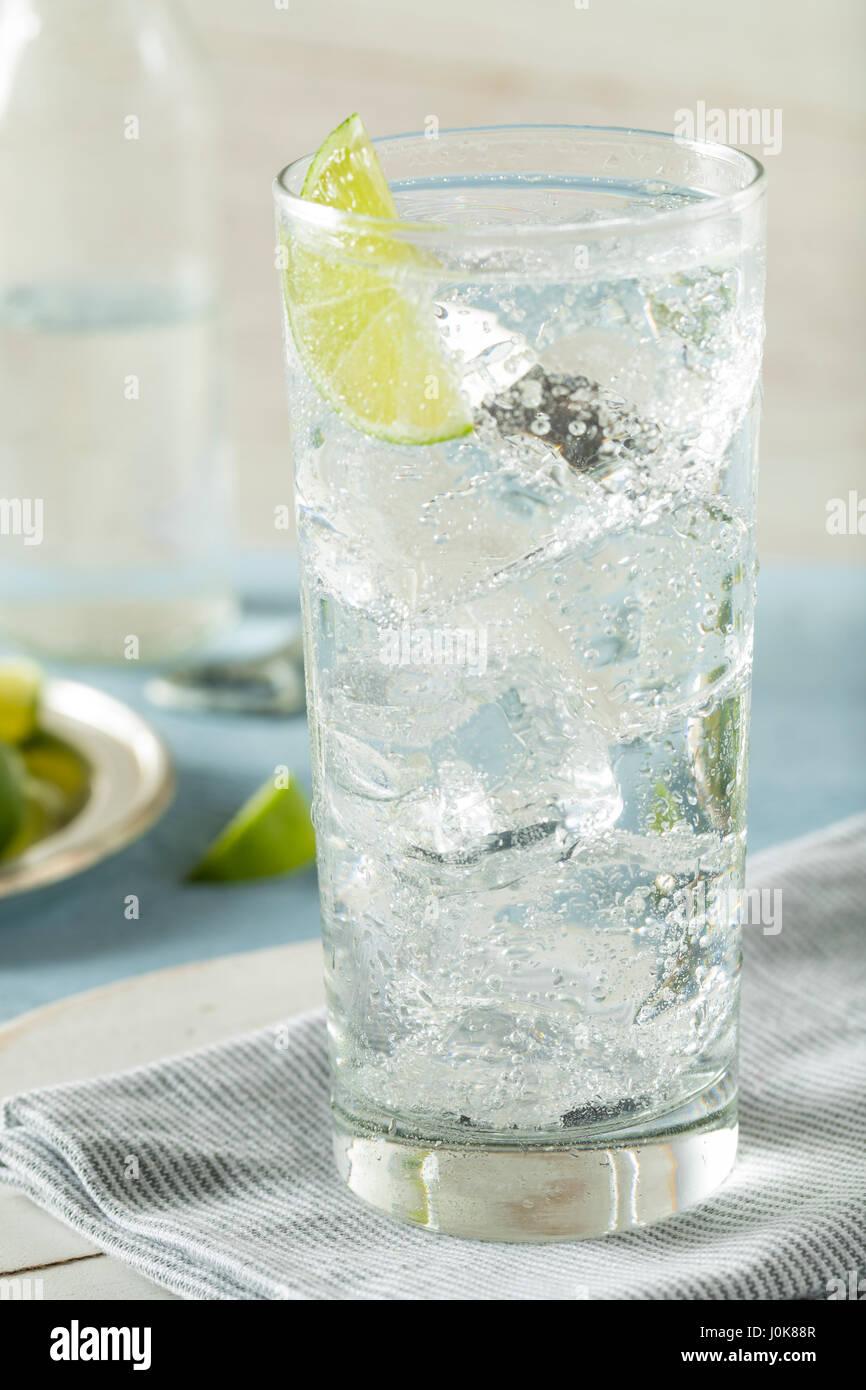 Erfrischende schwer Mineralwasser mit einer Kalk-Garnitur Stockbild