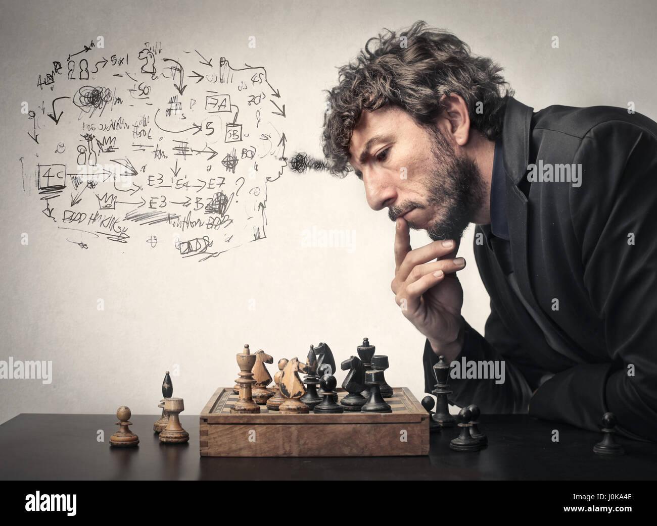 Geschäftsmann, Schach zu spielen und einen Plan aufstellen Stockbild