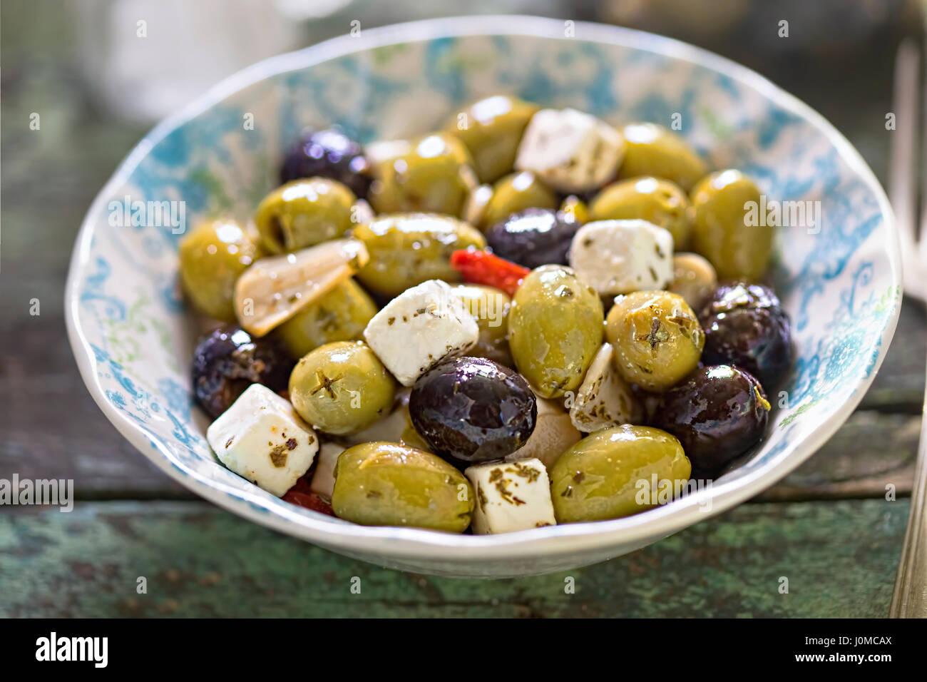 Schwarz grüne Oliven mit Frischkäse Stockbild