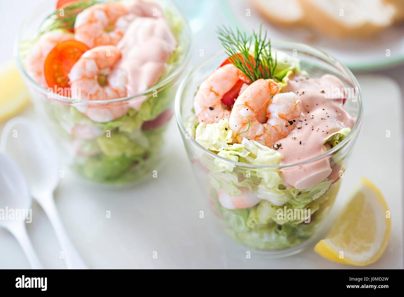 Crevetten-cocktail mit Salat, Tomaten, Dressing, Dill Stockfoto ...