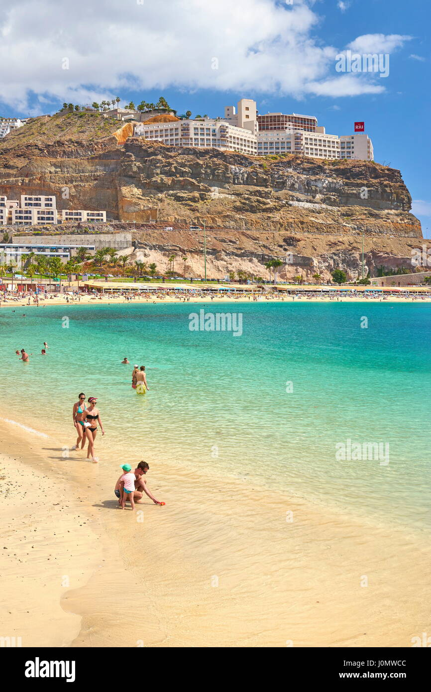 Touristen am Strand in Puerto Rico, Gran Canaria, Spanien Stockbild