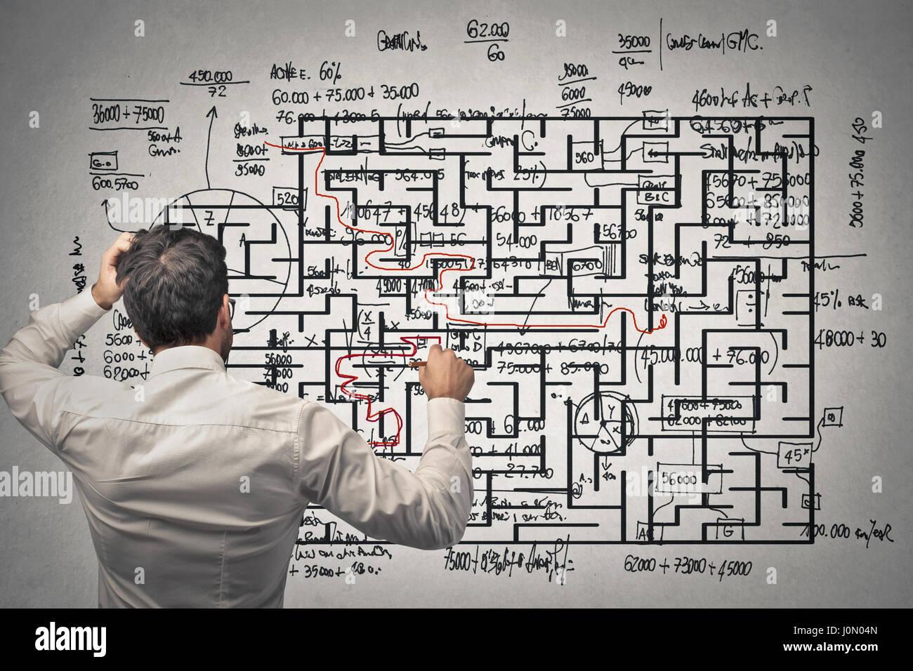 Mann ein Labyrinth zu lösen Stockbild