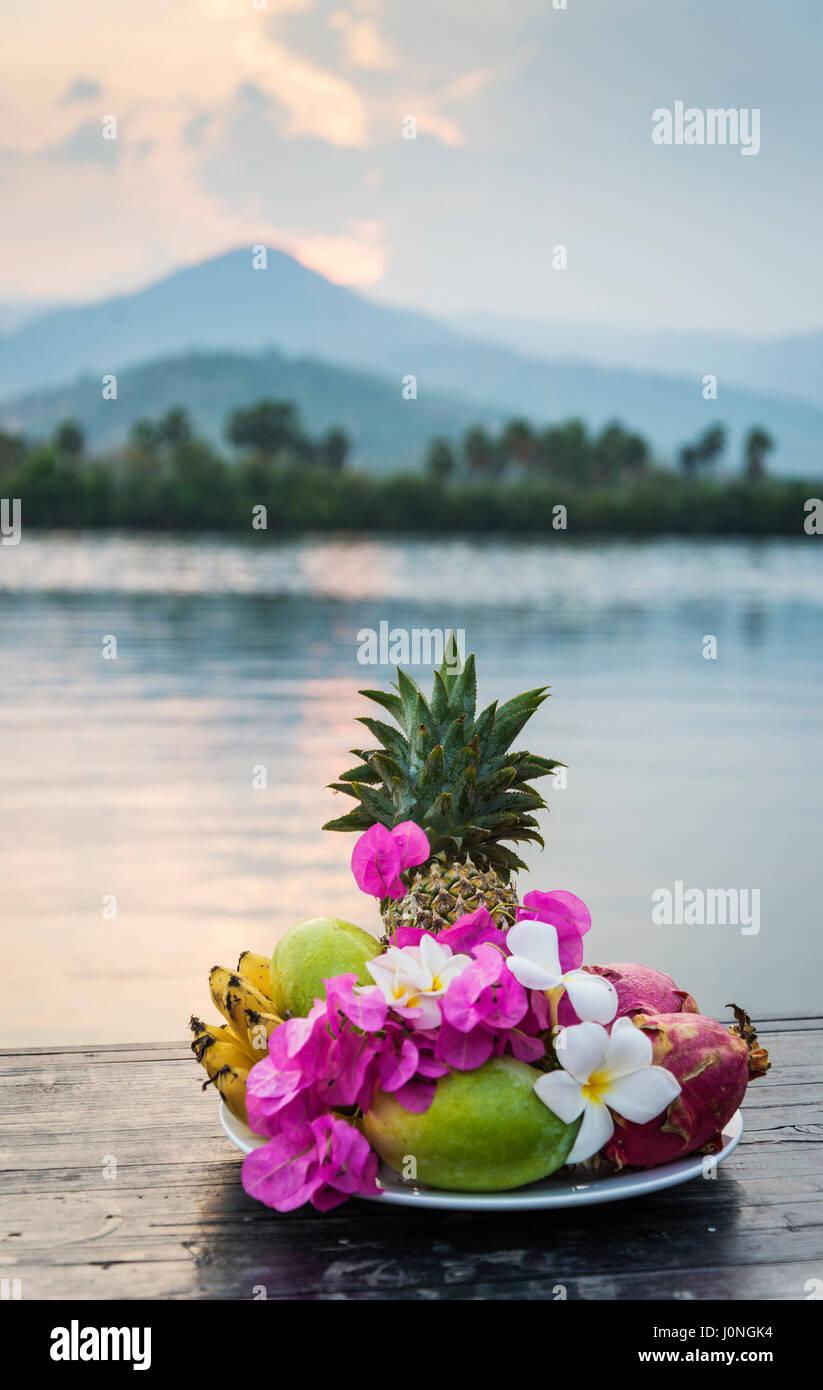 tropischen exotischen Früchten und Blumen Auswahl Platte bei Sonnenuntergang in Kampot Kambodscha Stockbild