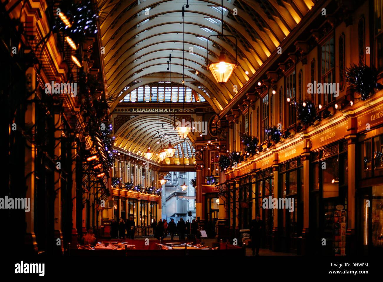 Passage und Shops im Leadenhall Market, beliebten Markt in London, das im 19. Jahrhundert gebaut wurde. Stockbild