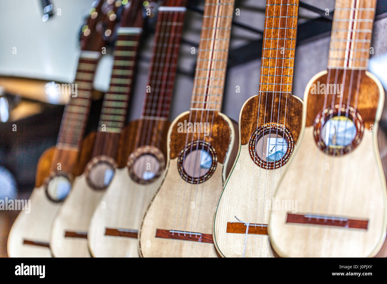 TIMPLE Instrumente zum Verkauf in einem Musikgeschäft hängen Stockbild