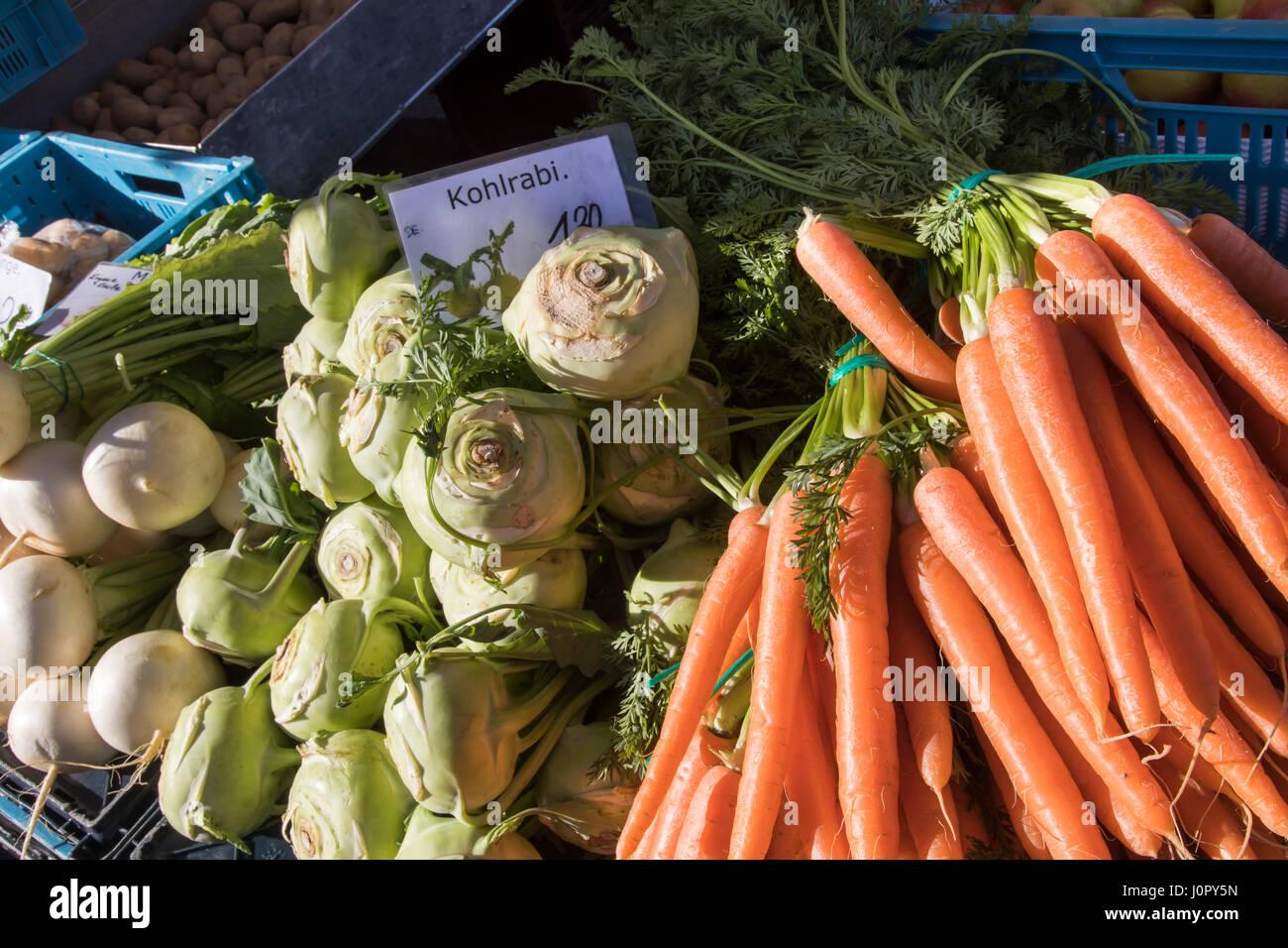 Wochenmarkt Marktstand Frisches Gemüse Möhren Kohlrabi Stamm