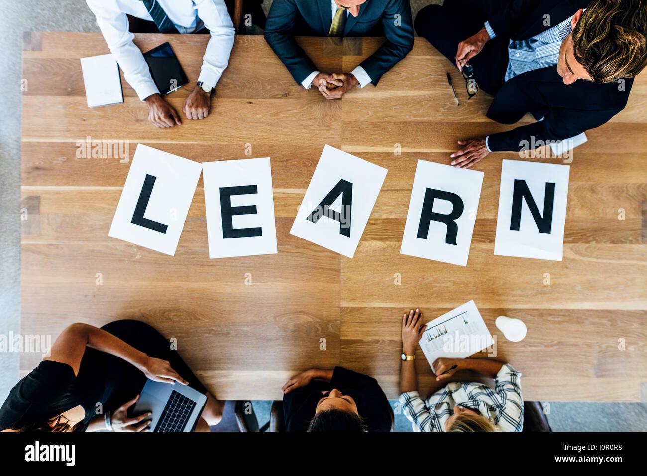 Wort lernen auf Geschäft Arbeitstisch. Draufsicht der Büroangestellte an einem Tisch im Konferenzraum Stockbild