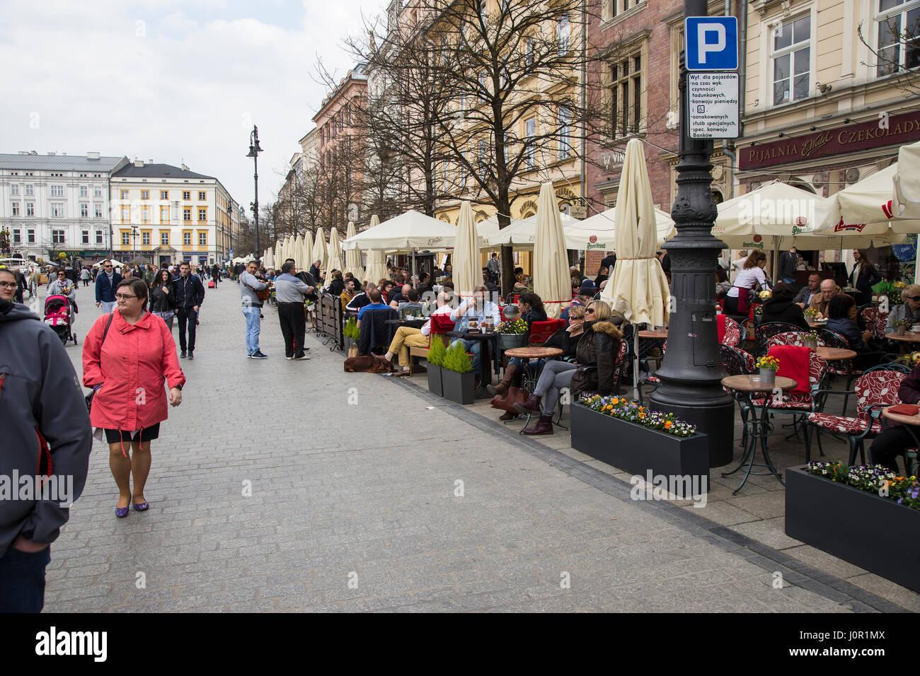 Touristen Essen und trinken im Hauptmarkt in Krakau Stockbild