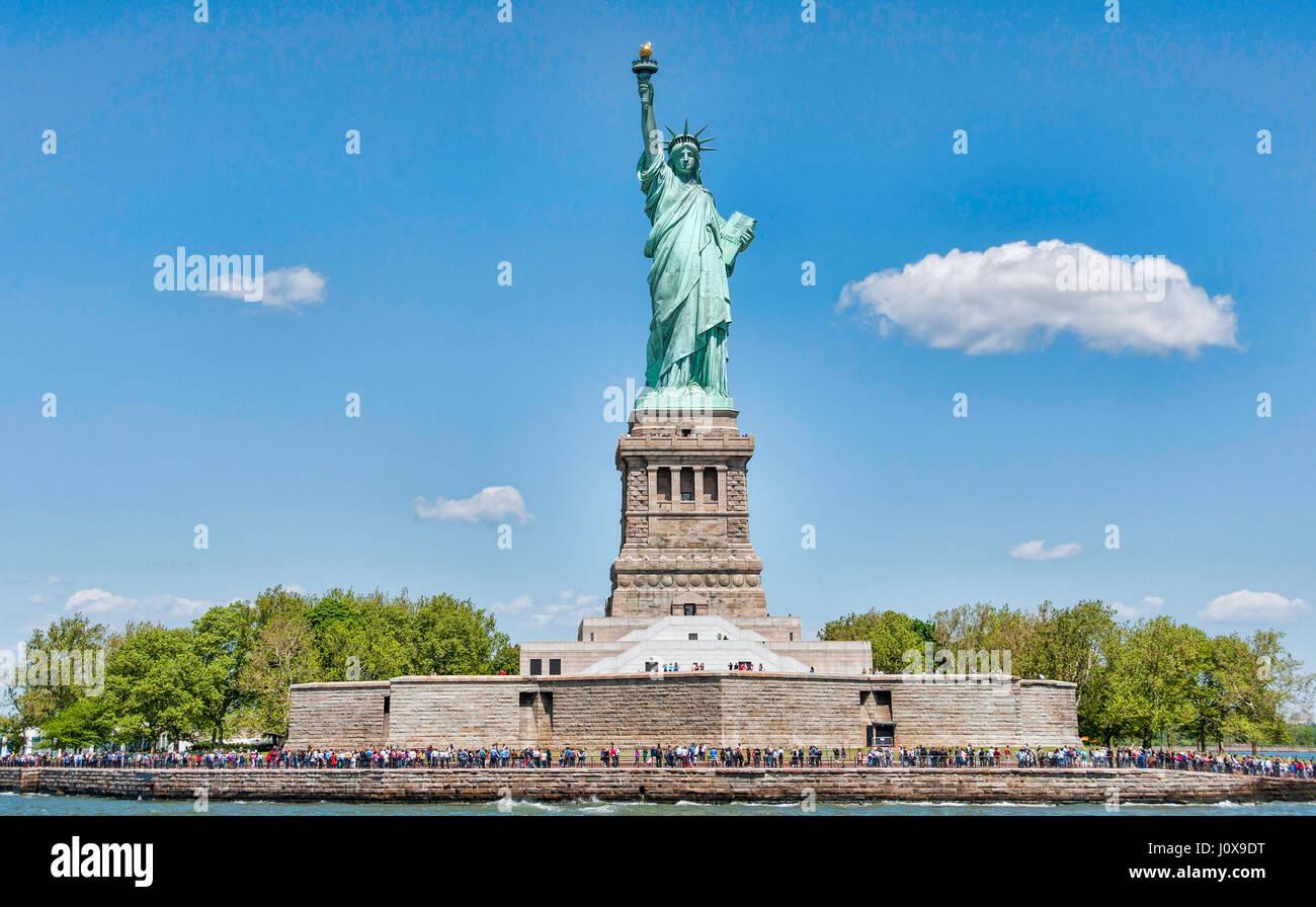 New York, USA - 22. Mai 2015. Touristen, die eine berühmte Skulptur an einem sonnigen Tag im Mai. Die Freiheitsstatue Stockbild