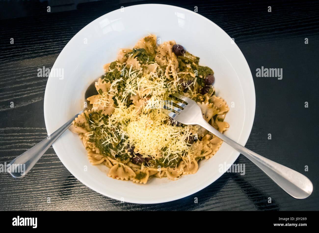 Vollkornnudeln Bögen mit Spinat und geriebenem Käse Stockbild