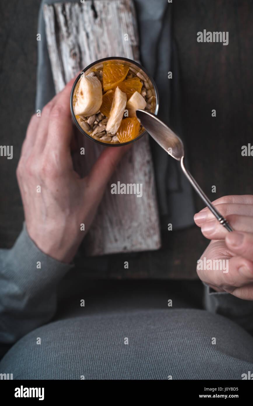 Obst und Joghurt Dessert auf der hölzernen Hintergrund-Draufsicht Stockbild