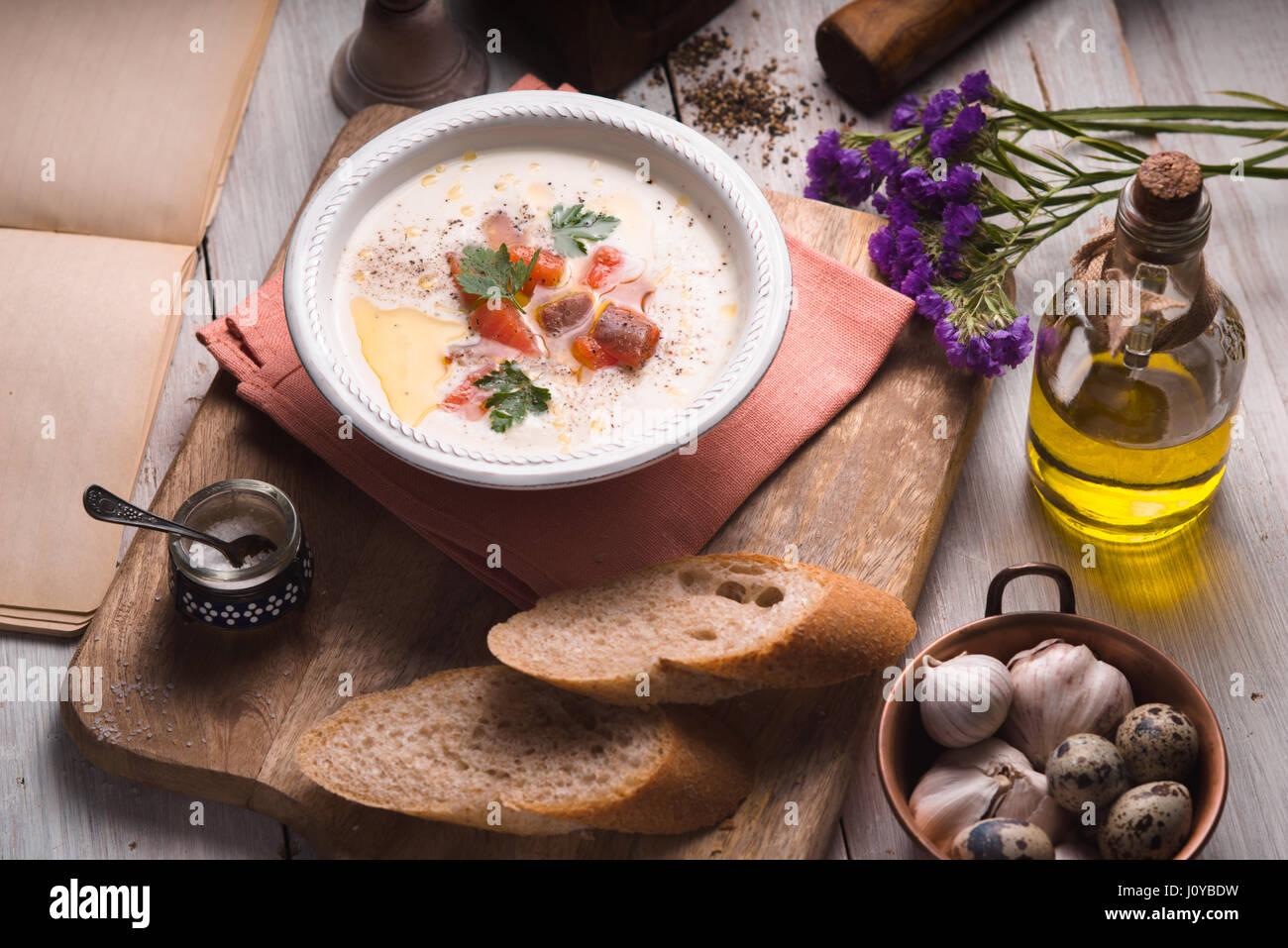Vichyssoise Suppe auf dem horizontalen weißen Holztisch Stockbild