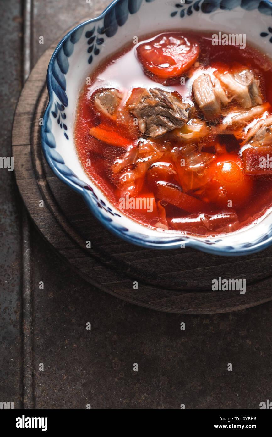 Traditionelle russische und ukrainische rote Bete Suppe Borschtsch vertikale Stockbild