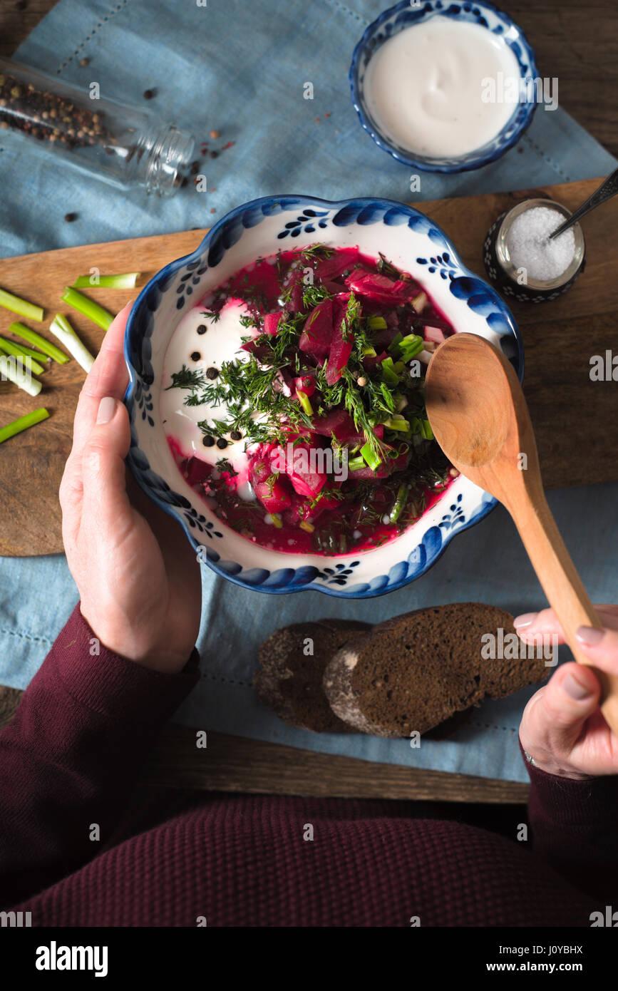 Frau, die traditionelle rote Bete Suppe Borschtsch Draufsicht Essen Stockbild