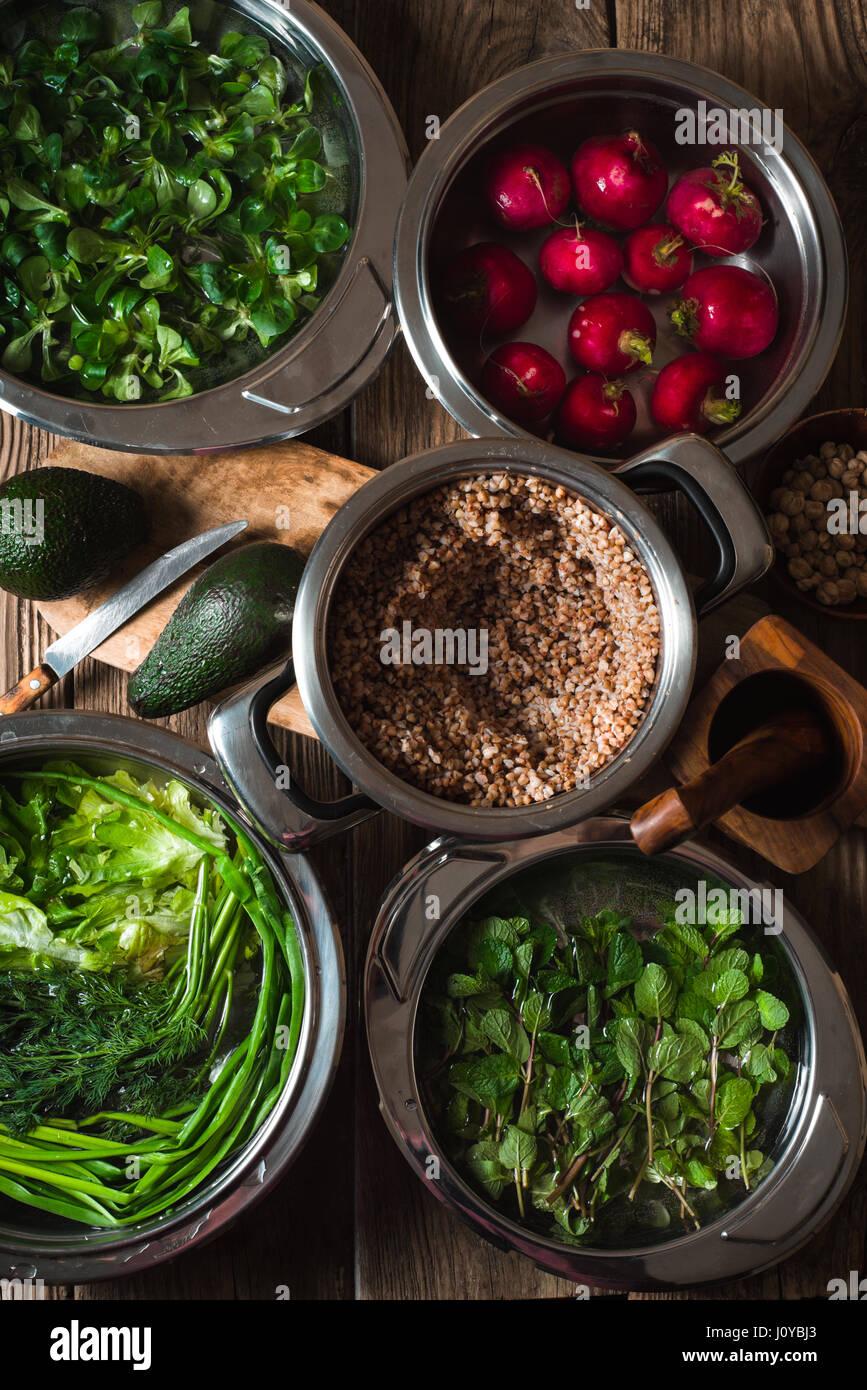 Zutaten für gesunde Salat mit Buchweizen, Gemüse und grünen vertikalen Stockbild