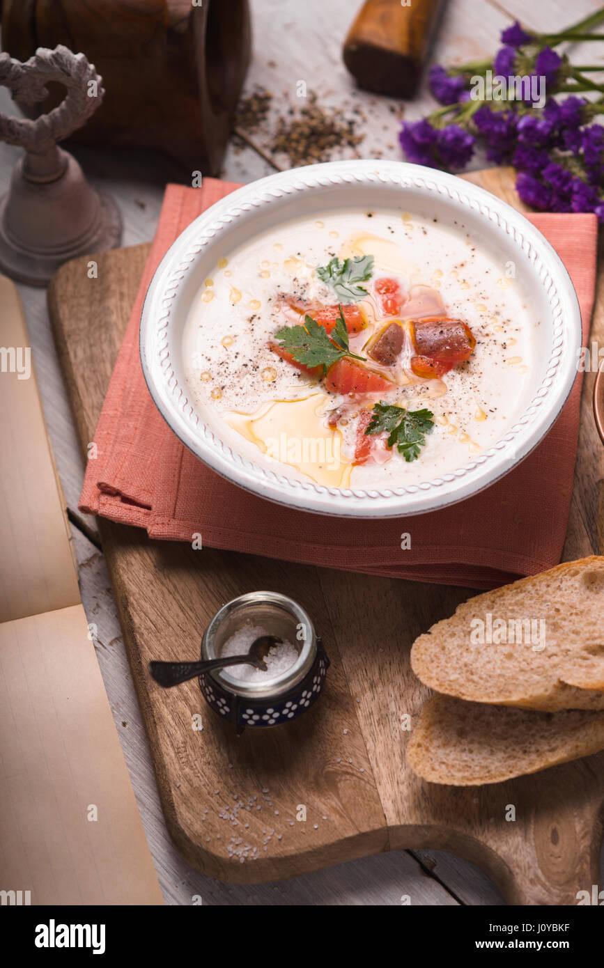 Suppe pürieren mit Lachs in einer Keramikschale Stockbild