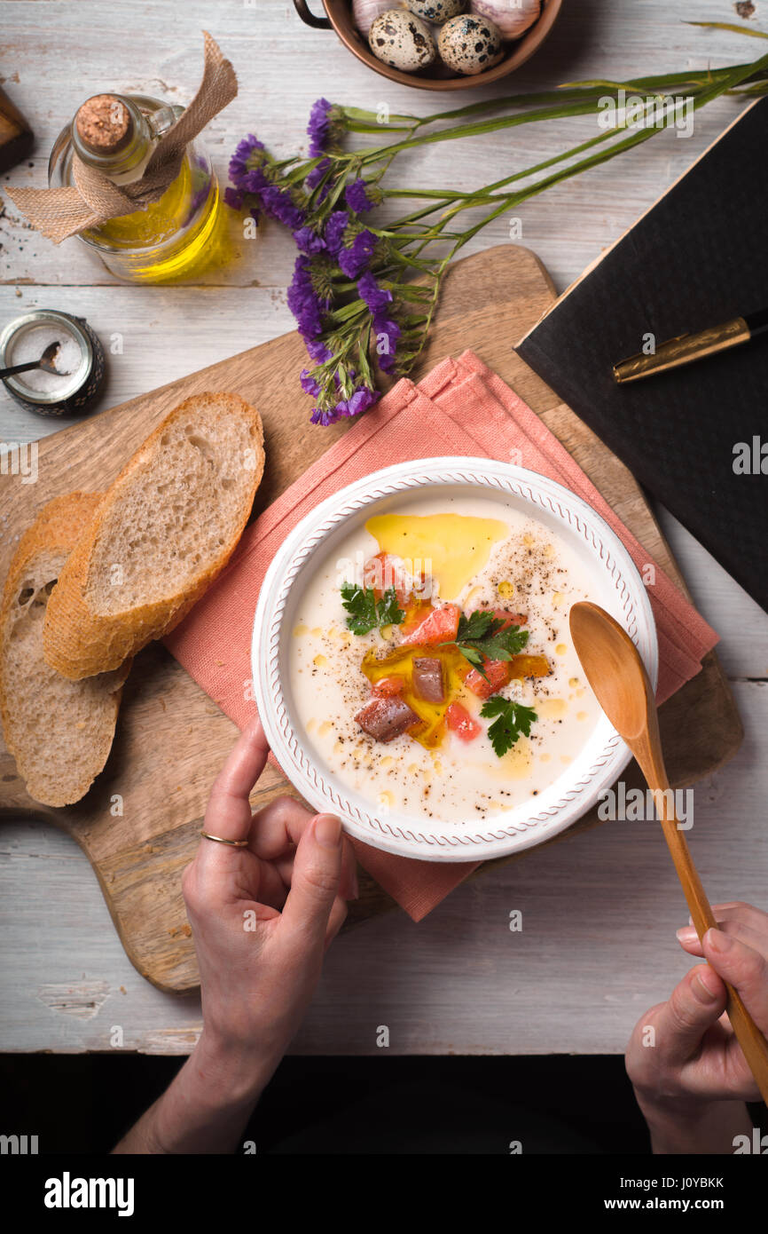 Frau essen Suppe pürieren mit Lachs aus einer Keramikschale Stockbild