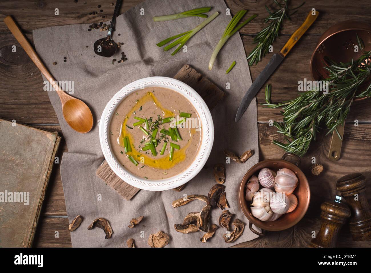 Champignon Cremesuppe auf rustikalen Hintergrund, Ansicht von oben Stockbild