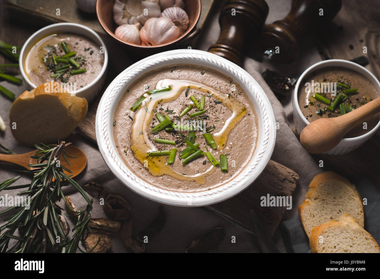 Pilzsuppe Püree aus Keramik Schalen Draufsicht Stockbild