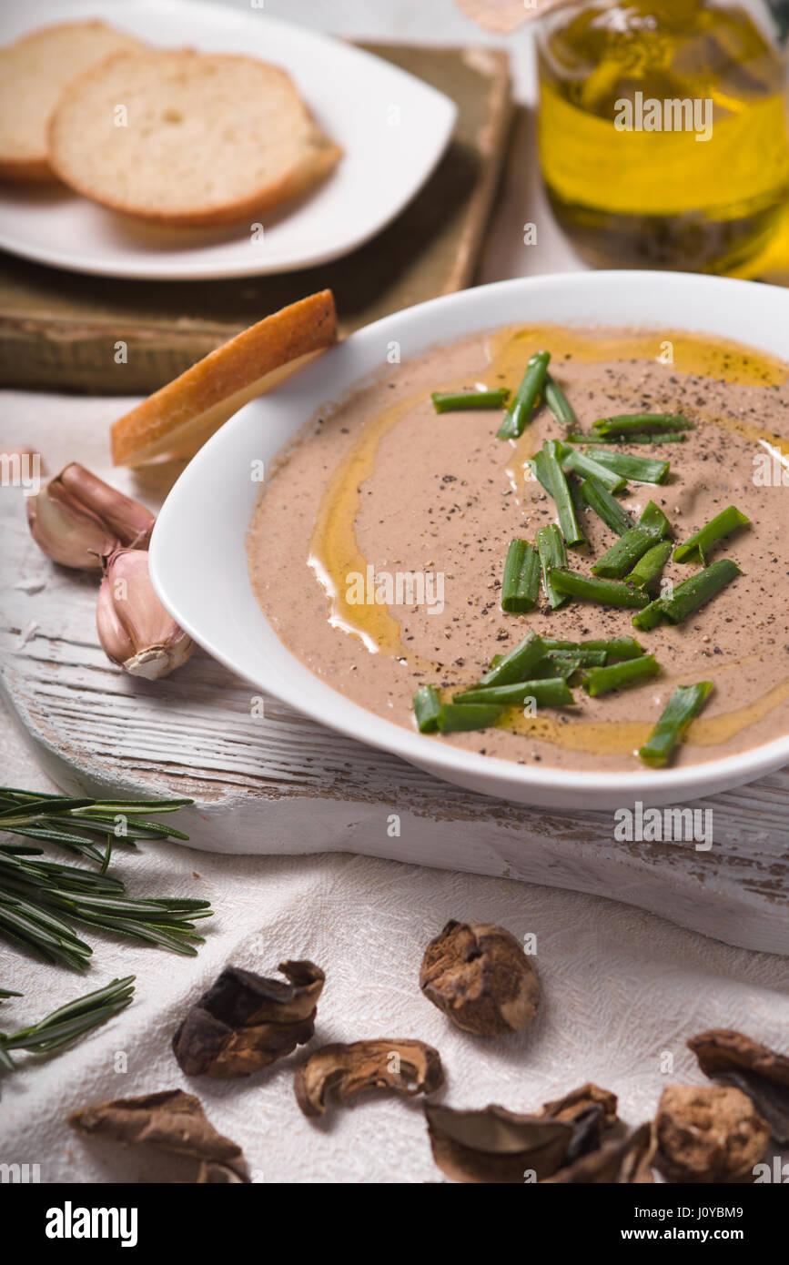 Pilzsuppe Püree in eine Keramikschale und Olivenöl Stockbild