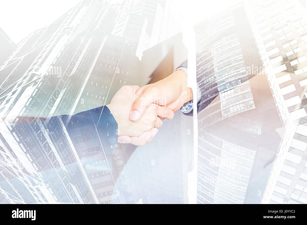 Doppelbelichtung von Close, Geschäftsfrau und Geschäftsmann Handshake mit Stadtbild Gebäude, Business Stockbild