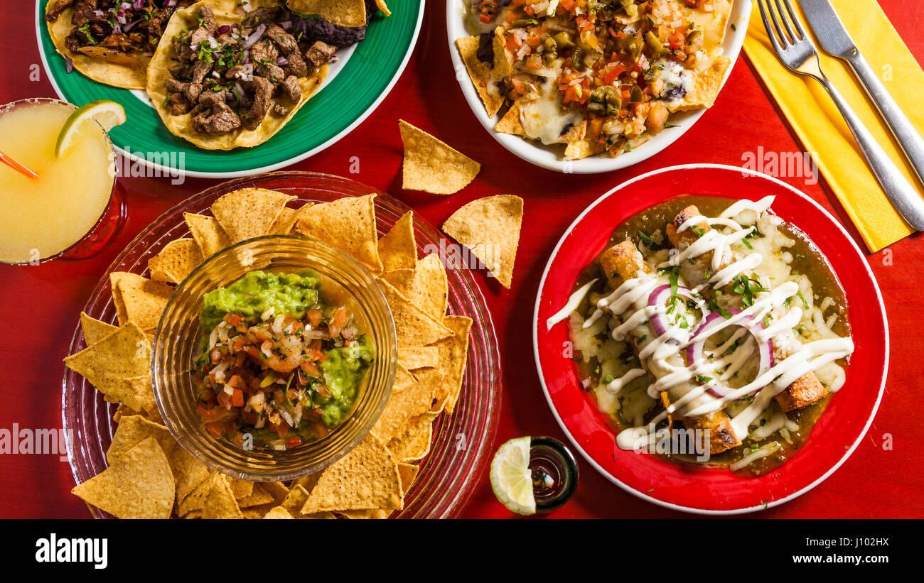 Mexikanisches Essen gemischt: Guacamole, Fleisch Tacos, Nachos ...