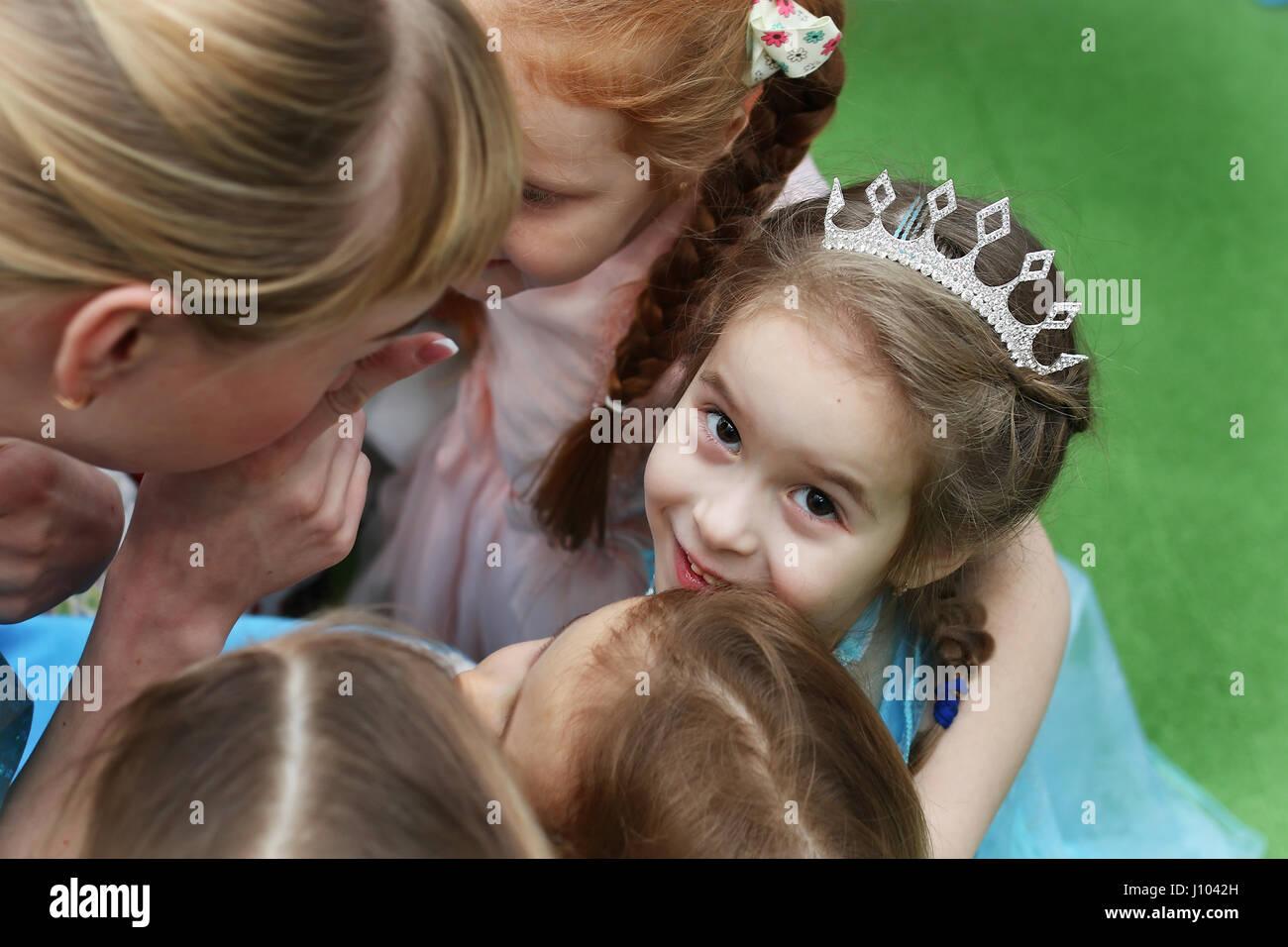Kinder spielen eine Vielzahl von Spielen auf Stockbild