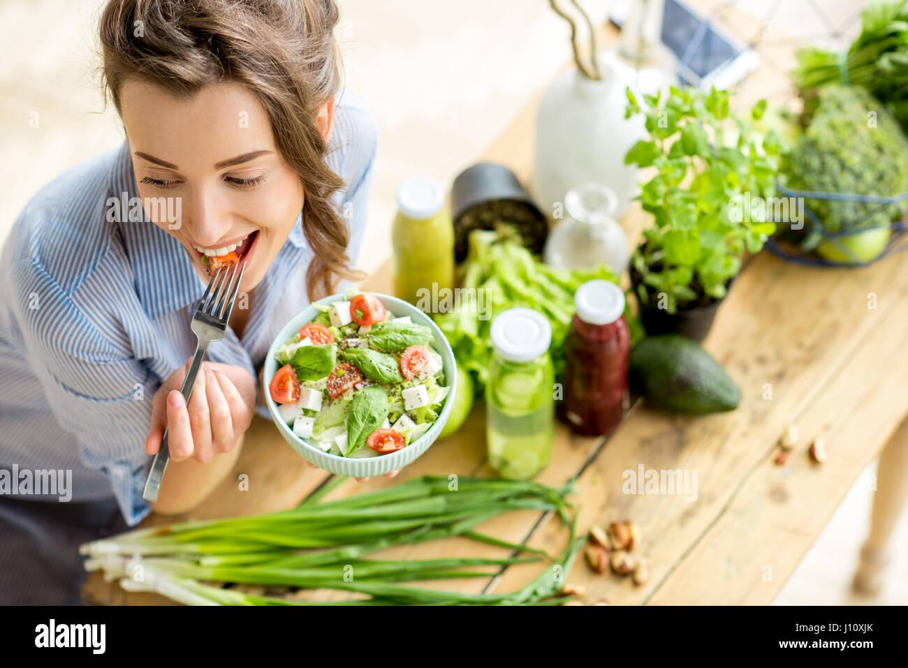 Frau essen gesunde Salat Stockbild