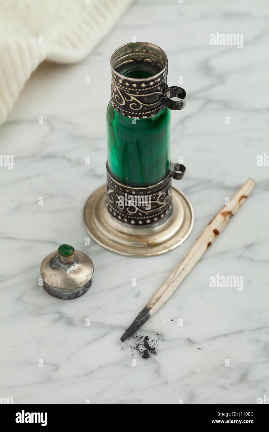 Traditionelle marokkanische grüne Flasche mit schwarzem kohl Stockbild