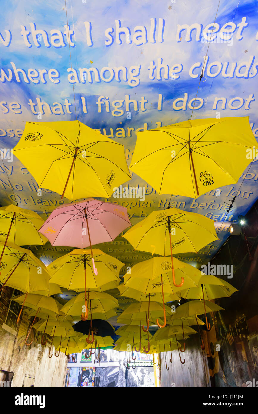 Regenschirme auf dem Dach eines Gebäudes gemalt mit Wolken und ein Gedicht. Stockbild
