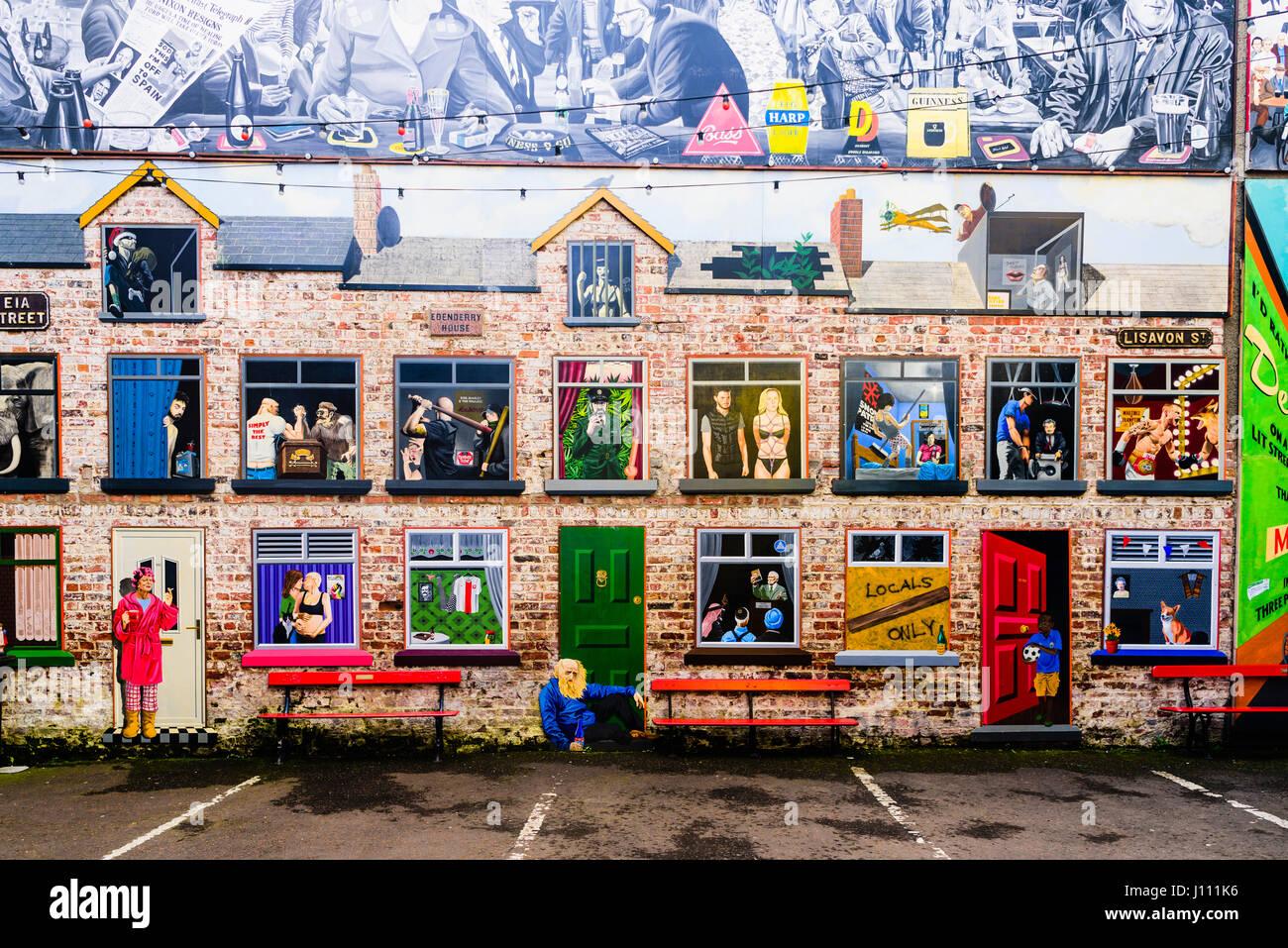 Künstlerische Wandmalerei an einer Wand in Belfast, Darstellung einer Reihe von Reihenhäusern mit Blick Stockbild