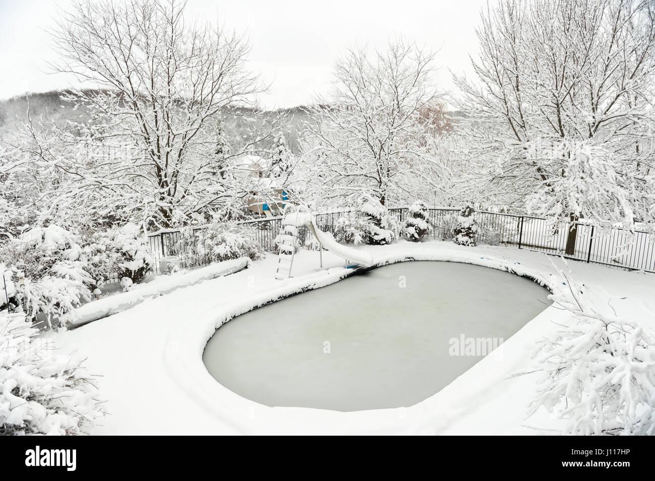 Hinterhof Pool Im Winter Nach Schweren Schneefall Sturm