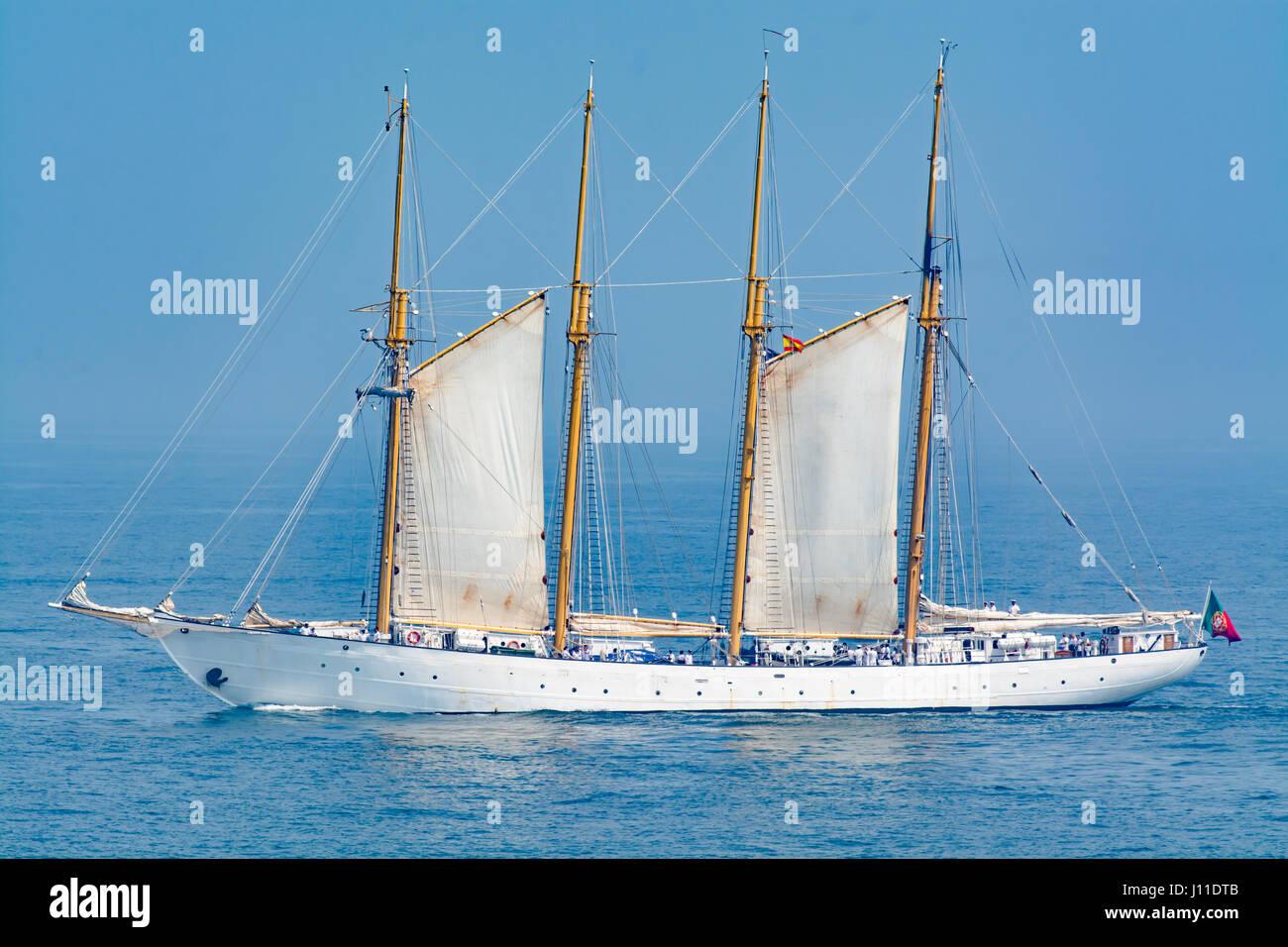 Tall Ship Segeln auf offener Ozean gegen blauen Himmel Stockbild