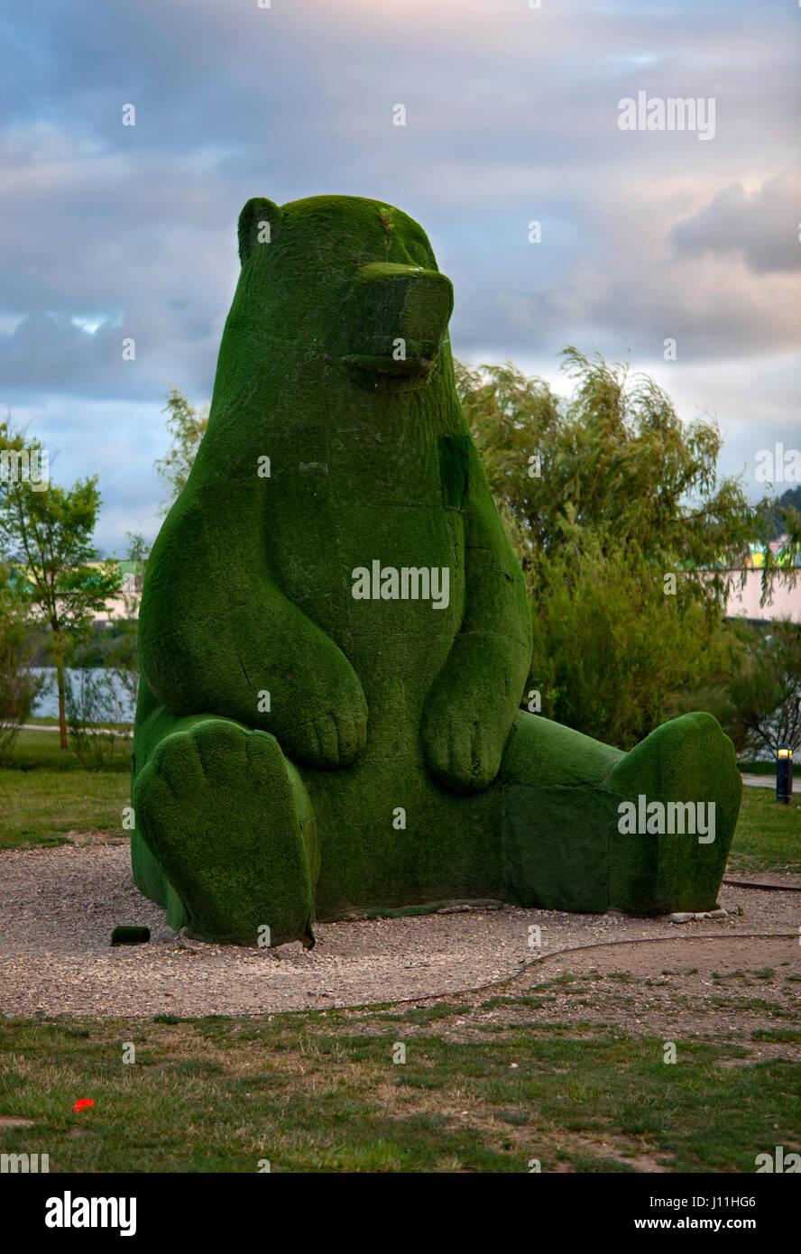 """""""Bären von Coimbra"""": eine Landschaft Design Figur eines Bären am Stadtpark Coimbra Stockbild"""