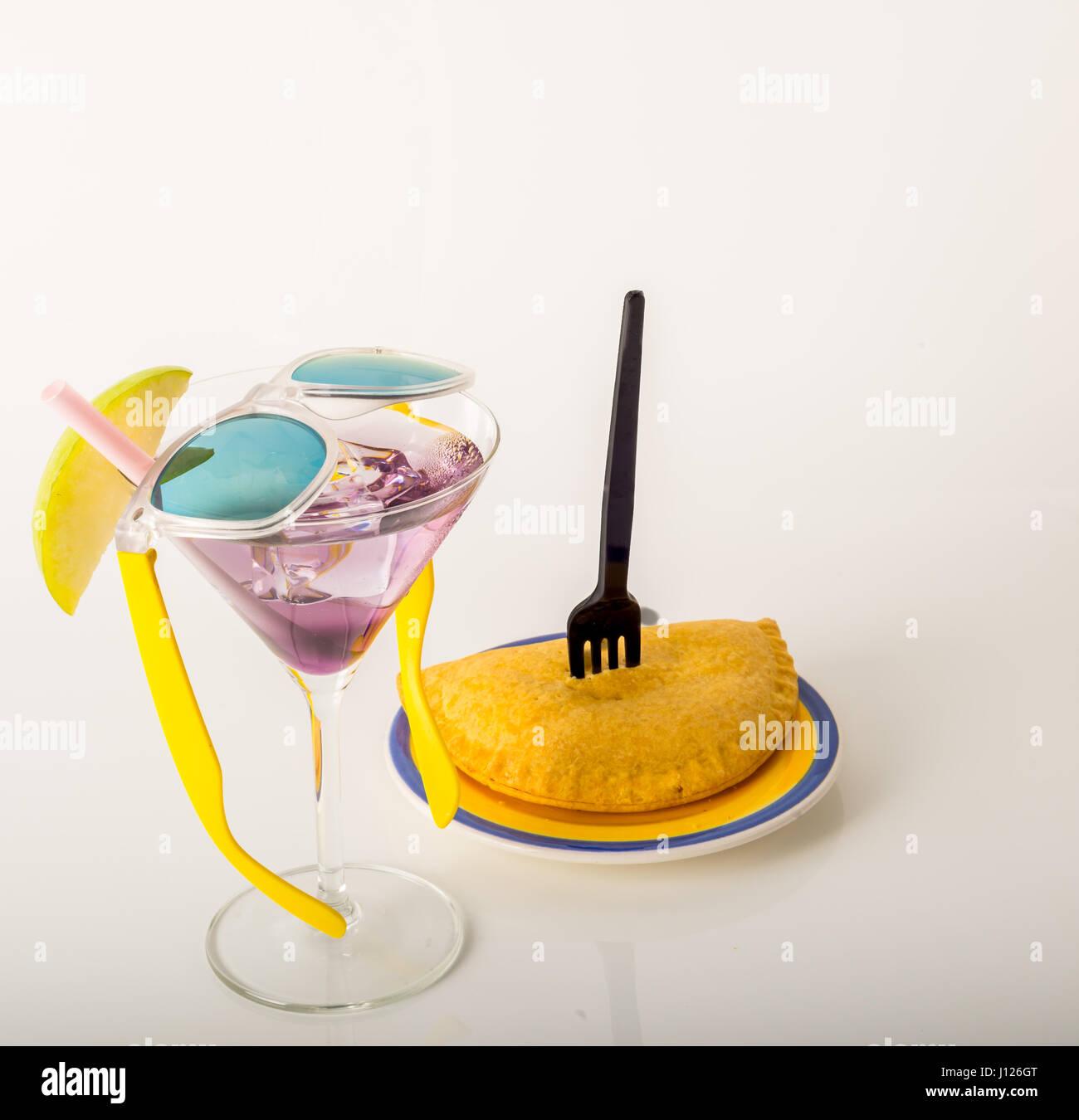 Getränke dekoriert mit Obst, Martiniglas, trinken Hauptkamm und Eiswürfeln, jamaikanisches Essen, Pattie, Stockbild