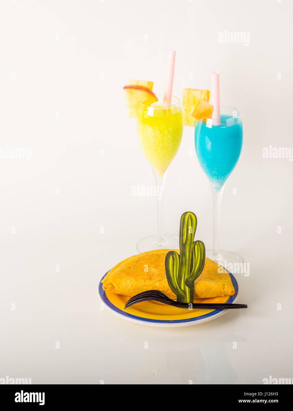 dekoriert mit Früchten, gelb und blau, Getränke zu trinken, Staw, jamaikanisches Essen, Pattie, Sommer Stockbild