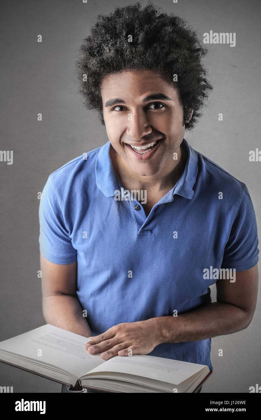 Junger Mann lächelnd in die Kamera Stockbild