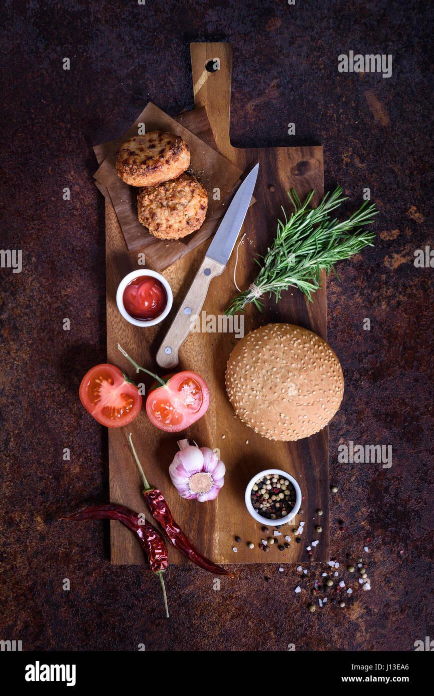 Burger mit Zutaten, Restaurant Menühintergrund. Kopieren Sie Raum, Ansicht von oben. Rindfleisch. Stockbild