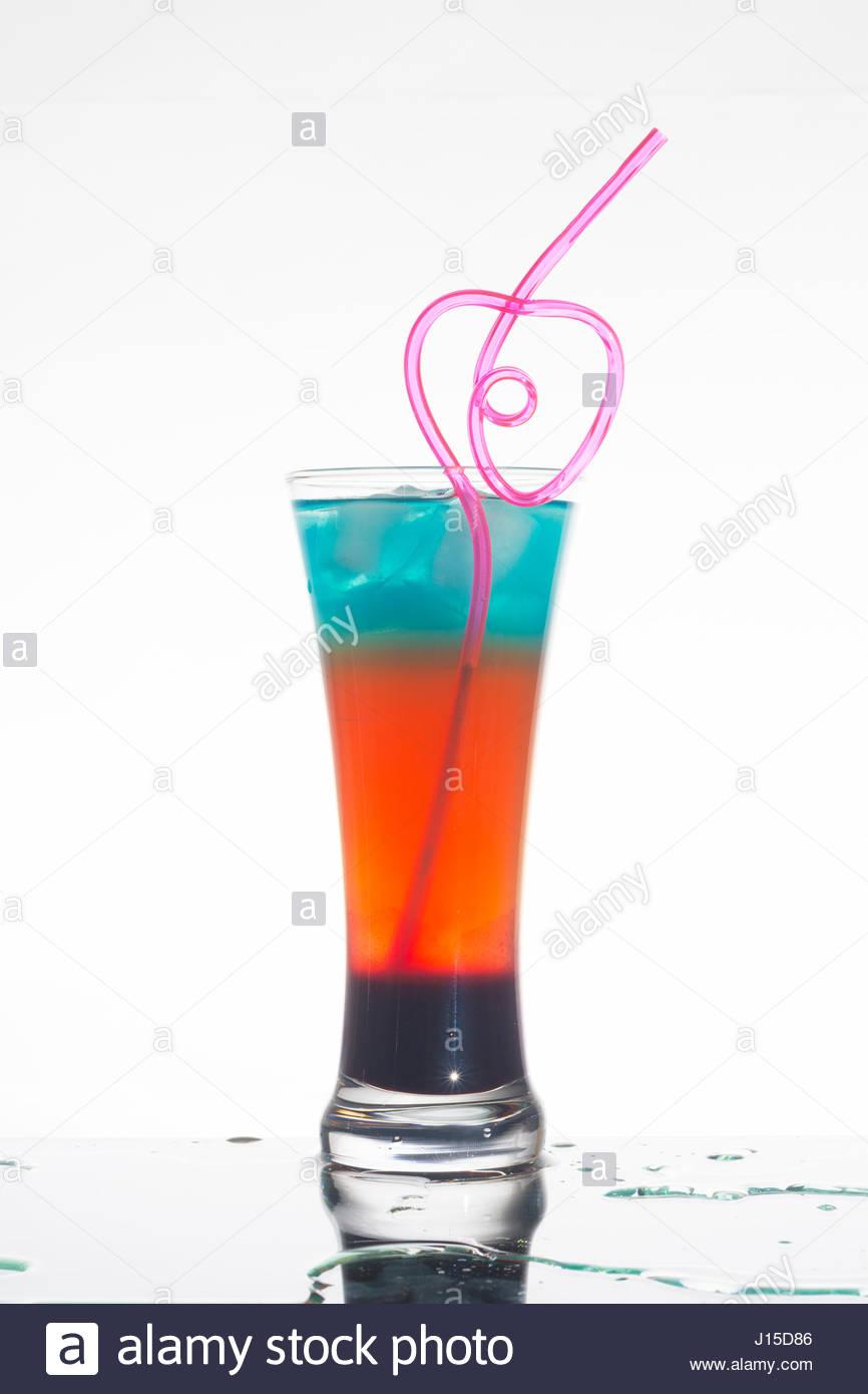 gemischte Regenbogen Cocktails auf weißen Hintergrund isoliert Stockbild