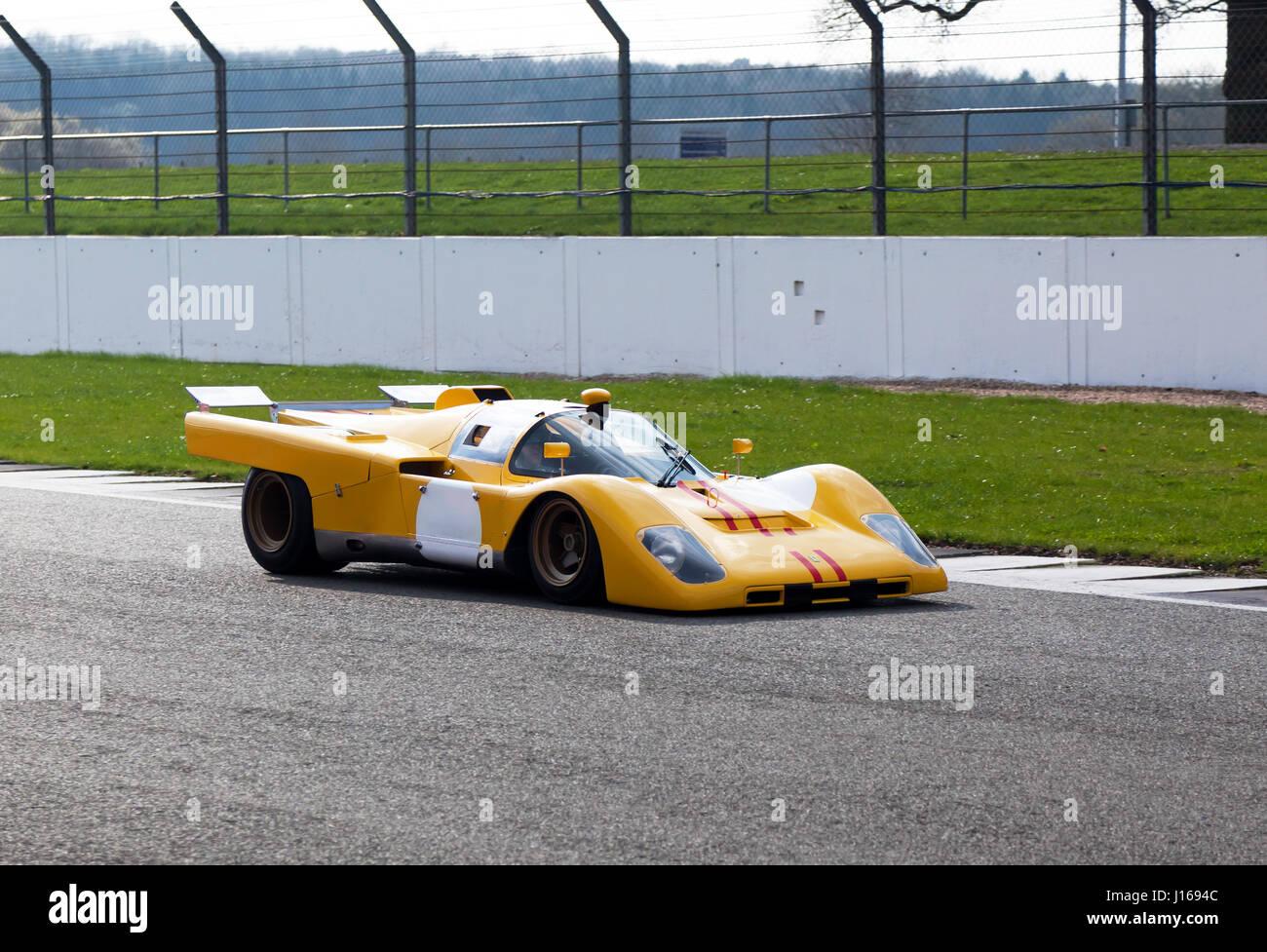 Frontansicht von einer sehr seltenen, gelb, 1970 Ferrari 512M, auf der Strecke, während die Silverstone Classic Stockfoto