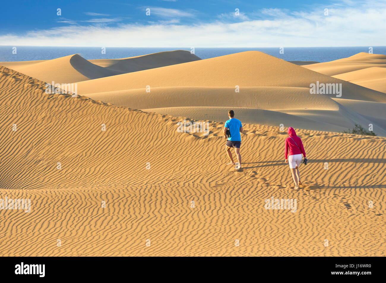 Touristen auf Maspalomas Sand Dunes National Park, Kanarische Inseln, Gran Canaria, Spanien Stockbild