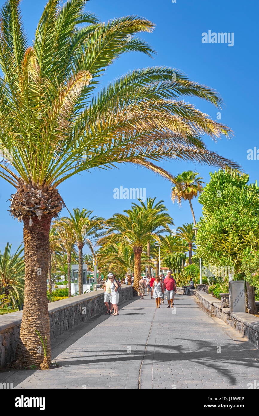 Touristen auf den Playa de Ingles Promenade, Gran Canaria, Kanarische Inseln, Spanien Stockbild