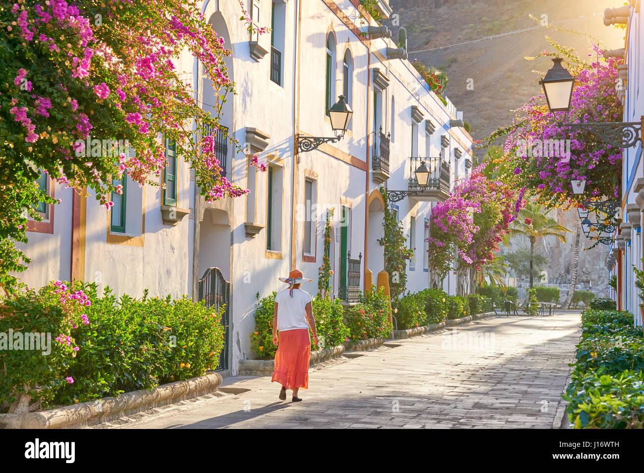 Altstadt Straße mit blühenden Blumen, Puerto de Mogan, Kanarische Inseln, Gran Canaria, Spanien Stockfoto