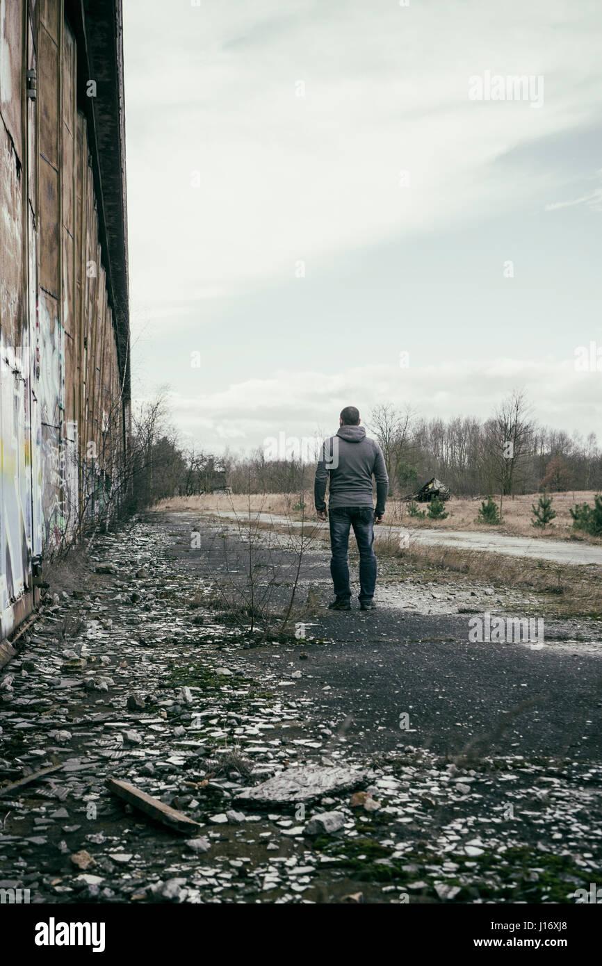 Rückansicht eines Mannes im Freien stehen Stockbild