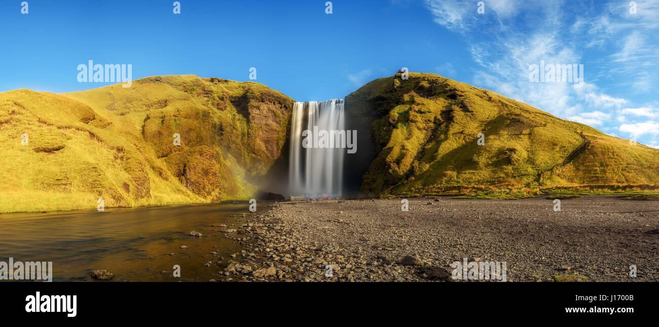 Panorama von der berühmten Skogafoss Wasserfall im Süden Islands. Langzeitbelichtung. Stockbild