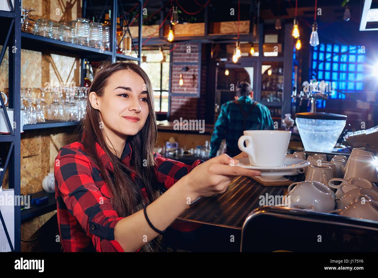 Barmann Mädchen arbeitet an der Bar im Restaurant Stockbild