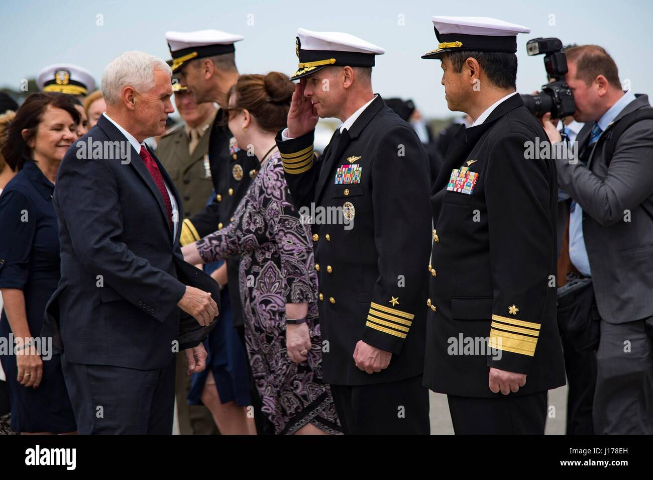 Michael Doan, Japan. 18. April 2017. US-Vizepräsident Mike Pence, ist links, von Captain John Bushey, NAF Atsugi Stockfoto