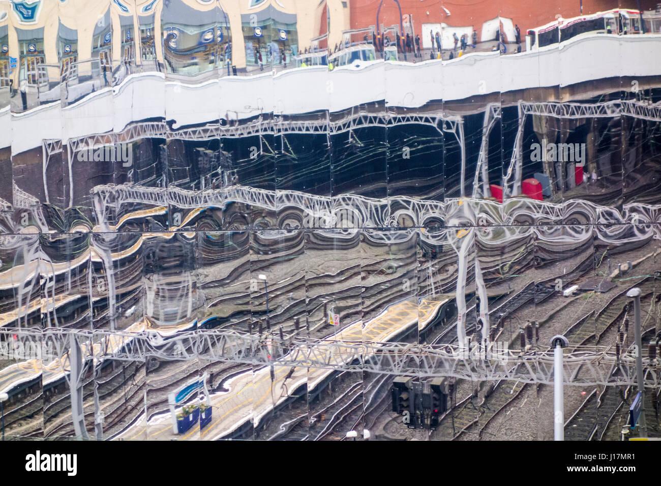 Reflexionen außerhalb Grand Central shopping centre über Birmingham New Street Station. Birmingham, UK Stockbild