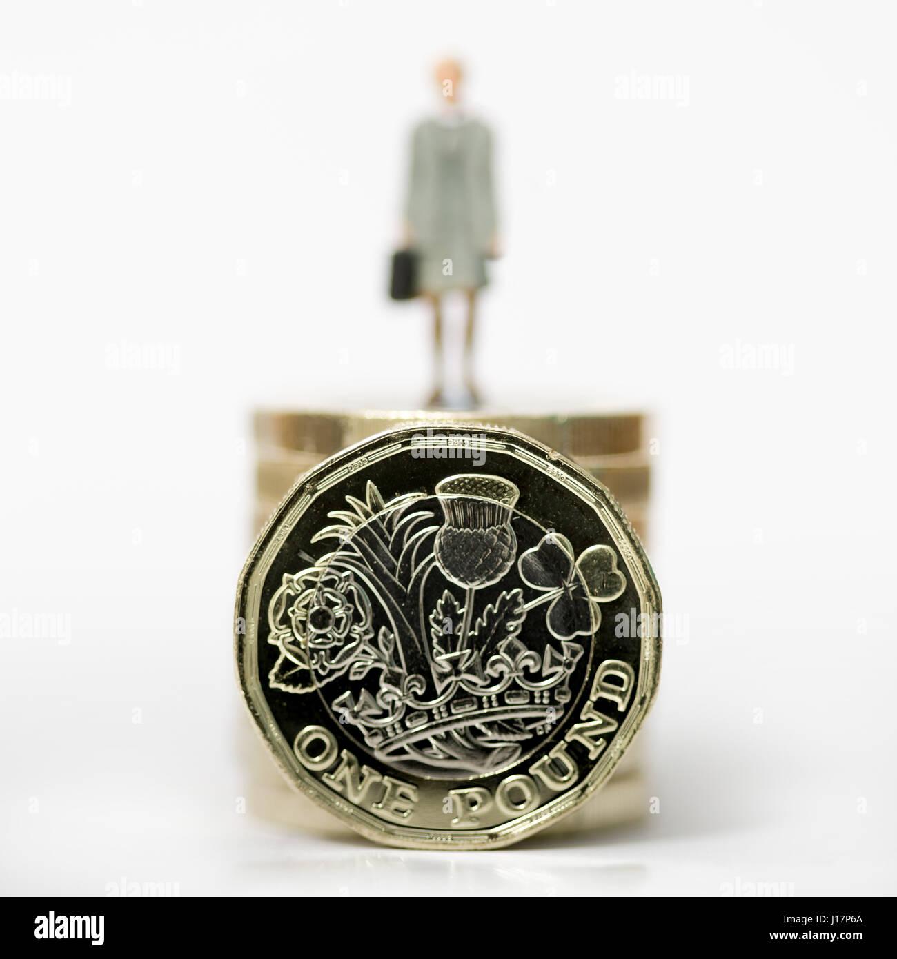 Nahaufnahme / Makro Modell stock Foto Darstellung weiblicher Lohn Arbeiter auf Stapel der neuen britischen Pfund Stockbild