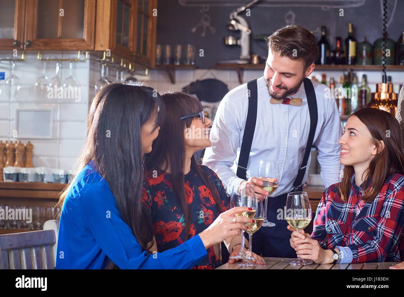 Gruppe von Freunden sind party-Spaß im Chat mit Gläser Stockbild